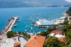 La jetée de port de Herceg Novi, l'ancrage et la piscine de mer dans Boka Kotorska aboient images stock