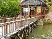 La jetée en bois avec l'accueil se connectent l'île de Rinca, ressortissant de Komodo Images stock