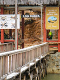 La jetée en bois avec l'accueil se connectent l'île de Rinca, ressortissant de Komodo Photo libre de droits