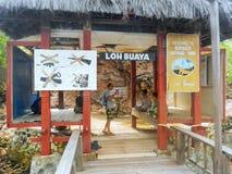 La jetée en bois avec l'accueil se connectent l'île de Rinca, ressortissant de Komodo Photographie stock libre de droits