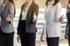 La jeune équipe asiatique d'affaires se tient avec confiance et fierté T photos libres de droits