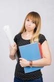 La jeune étudiante avec un projet examine à disposition et en colère le cadre Photos stock