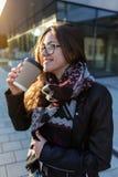 La jeune étudiante prennent le café à aller près de l'architecture moderne photo libre de droits