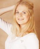 La jeune adolescente fraîche de blong a sali avec ses cheveux Images stock
