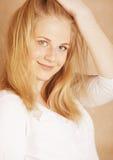 La jeune adolescente fraîche de blong a sali avec ses cheveux Photos stock