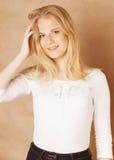 La jeune adolescente fraîche de blong a sali avec ses cheveux Photo libre de droits