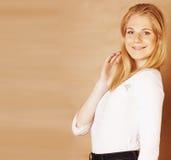 La jeune adolescente fraîche de blong a sali avec ses cheveux souriant sur le fond brun chaud, concept de personnes de mode de vi Photo libre de droits