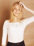La jeune adolescente fraîche de blong a sali avec son sourire de cheveux Photo libre de droits