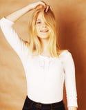 La jeune adolescente fraîche de blong a sali avec son sourire de cheveux Images libres de droits
