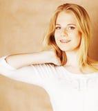 La jeune adolescente fraîche de blong a sali avec son sourire de cheveux Image stock