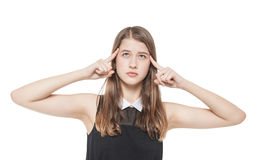 La jeune adolescente a pressé ses doigts au temple d'isolement Image stock
