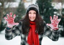 La jeune belle apparence de femme arrêtent sa paume en hiver Photos stock