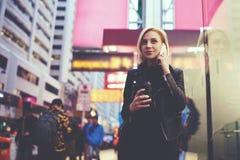 La jeune belle blonde voyage par le café potable de travail tout en attendant rencontrant de nouveaux amis Photos stock