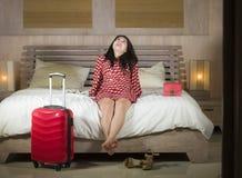 La jeune belle et heureuse femme chinoise asiatique vérifient dans la chambre d'hôtel de luxe décontractée et gaie dans la robe c photographie stock