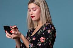 La jeune belle fabrication de femme composent avec la poudre de visage photos libres de droits