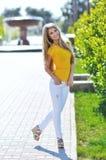 La jeune belle femme à la mode marche sur des rues de ville Images stock