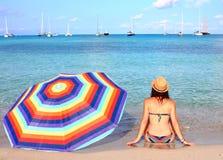 La jeune belle femme apprécie un bain isolé de début de la matinée en plage d'Espalmador, une des taches les plus belles à Formen photographie stock