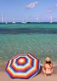 La jeune belle femme apprécie un bain isolé de début de la matinée en plage d'Espalmador, une des taches les plus belles à Formen Photos libres de droits