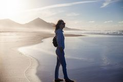 La jeune belle femme apprécient l'océan Images stock