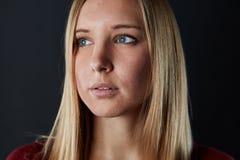 La jeune belle femme blonde regarde au côté photographie stock