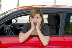 La jeune belle femme de nouveau conducteur novice femelle effrayée et a soumis à une contrainte tout en conduisant la voiture dan Photos stock