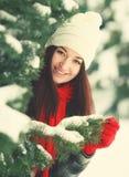 La jeune belle femme derrière la neige a couvert le pin image stock
