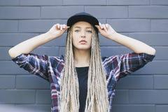 La jeune belle femme garde son chapeau et Images stock