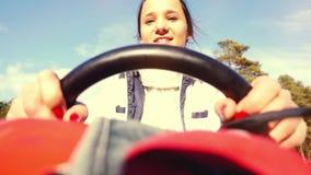 La jeune belle femme heureuse conduisant ATV, prise de mains volant dedans au ralenti 1920x1080 clips vidéos