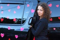 La jeune femme obtient dans l'offroader humide Images libres de droits