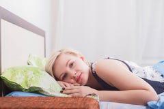 La jeune belle femme s'est réveillée en plan rapproché de lit photos stock
