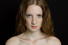 La jeune belle fille avec des taches de rousseur Image libre de droits