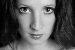 La jeune belle fille avec les taches de rousseur B/W Photographie stock libre de droits