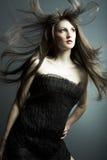 La jeune belle fille dans la robe noire Image stock