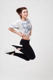 La jeune belle fille de sports saute Photos stock