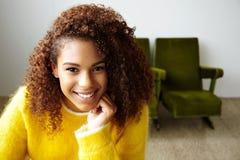 La jeune belle fille noire travaille dans le siège social photo libre de droits