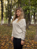La jeune belle fille a photographié sur un fond de nature Photo libre de droits