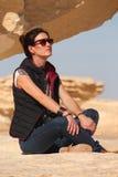 La jeune belle fille prend un bain du soleil au milieu du désert blanc étonnant près de l'oasis de Farafra en Egypte Photos stock