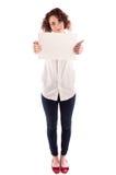 La jeune belle fille tient un signe blanc vide pour que vous complétiez Image libre de droits