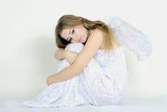 La jeune belle fille un ange avec des ailes image libre de droits
