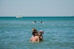 La jeune belle mère avec sa fille avec du charme se baigne en mer tyrrhénienne un après-midi ensoleillé lumineux, famille heureus Photos stock