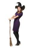 La jeune belle sorcière avec un balai et un chapeau photos stock