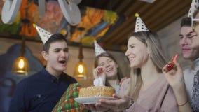 La jeune blonde fait le souhait et souffle les bougies br?lantes sur le g?teau d'anniversaire banque de vidéos