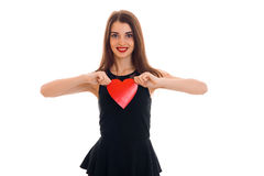 La jeune dame élégante de brune célèbrent le jour de valentines de saint avec le coeur rouge d'isolement sur le fond blanc Image stock