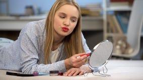 La jeune dame avec les lèvres rouges pratiquant des baisers, veut attirer l'attention d'hommes image libre de droits