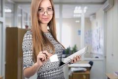 La jeune dame d'affaires donne la carte de visite professionnelle de visite Images libres de droits