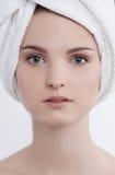 La jeune dame de portrait drôle facial avec naturel composent Image libre de droits