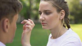 La jeune dame enlevant le point des amis observent, des sentiments tendres, soins de santé clips vidéos