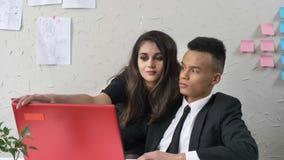 La jeune directrice féminine ferme son ordinateur portable africain du ` s des employés, sourire, flirtant, fps du harcèlement se banque de vidéos