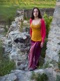 La jeune et belle fille s'est habillée dans le style oriental dans le château Photo libre de droits
