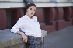 La jeune et sexy fille s'est habillée dans le rétro style photographie stock libre de droits